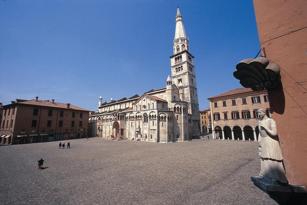 cattedrale-torre-civica-e-piazza-grande__archivio-fotografico-del-museo-civico-darte-di-modena-foto-bruno-marchetti